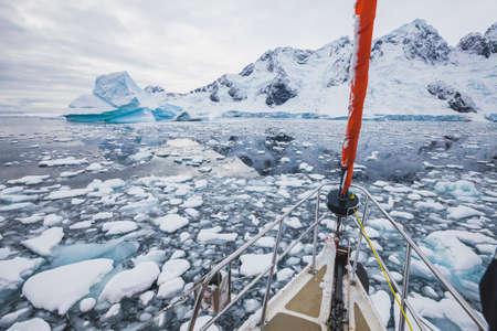 barca a vela in Antartide, navigazione in yacht attraverso iceberg e ghiaccio marino