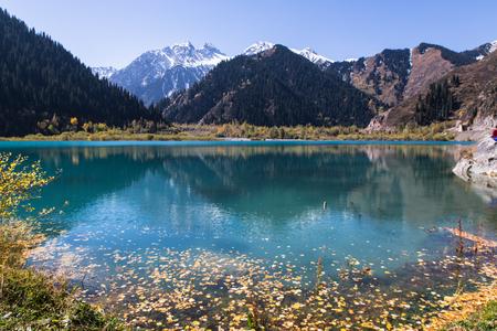 clear water with mountans reflection in Issyk lake in Kazakhstan Imagens