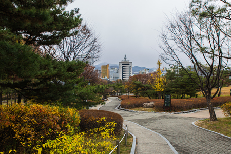 entrance via park to traditional Hanok korean village at fall season in Seoul, Korea Stockfoto