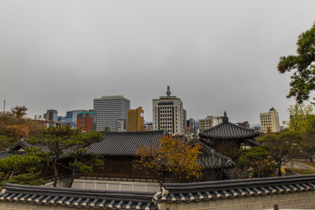 traditional Hanok korean village at fall season in Seoul, Korea Stockfoto