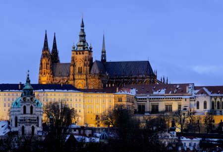 illumination: Castillo de Praga con iluminaci�n en �poca de invierno Foto de archivo