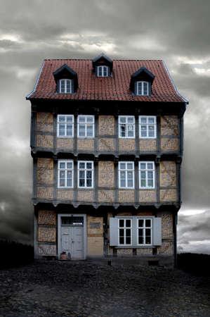 historyczne niemiecki Dom z X-mas lampki na gloomy wieczorem