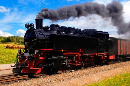 Historyczne niemiecki pociÄ…g parowy przechodzi przez pola