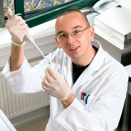 bata blanca: Joven investigador en bata blanca trabaja en el laboratorio