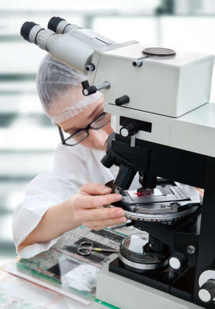 tunes: Microscopist tunes biopsy sample to look for tumor formation in patient tissue Stock Photo