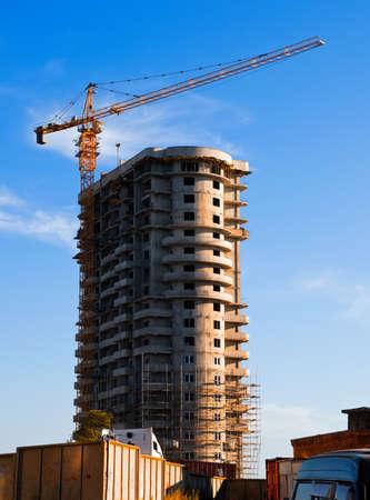 far east: Construcción de bloque alto edificio residencial con grúa amarilla Foto de archivo