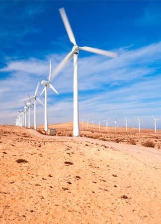 planos electricos: Molinos de viento en el desierto, Fuerteventura, Islas Canarias, Espa�a, exposici�n larga para mostrar la rotaci�n