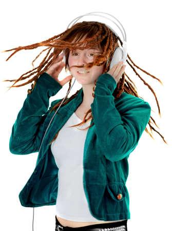 dreadlocks: Mujer joven con auriculares escucha la música