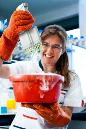brings: Sorridente scienziato porta l'attenzione per la salute e la sicurezza del personale di laboratorio