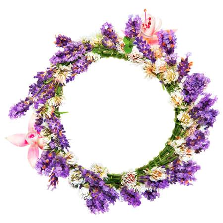 circlet: Cerchietto di fiori, lavanda e trifoglio, su sfondo bianco Archivio Fotografico
