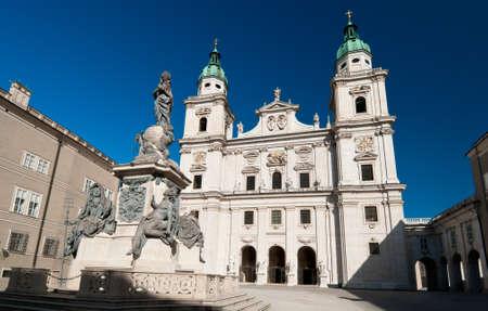 dom: La cath�drale de Salzbourg Salzburger Dom sur une journ�e ensoleill�e
