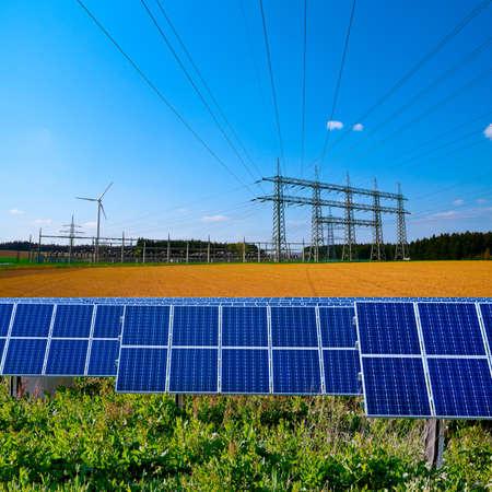 Panele słoneczne i elektryczne podstacji z linii energetycznych Zdjęcie Seryjne