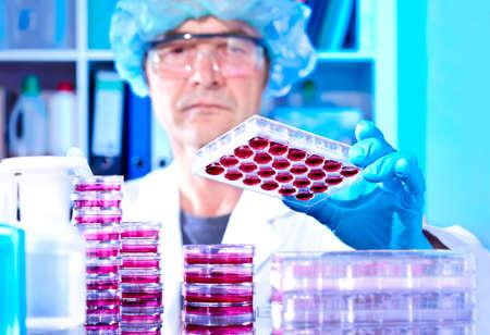 lab coat: Senior opere tecnologia con cellule coltivate in laboratorio moderno