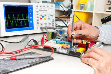 oscilloscope: Test Tech apparecchiature elettroniche in un centro di assistenza Archivio Fotografico