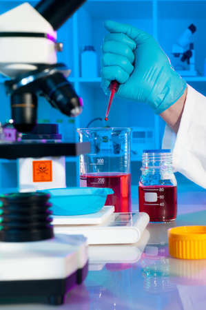 ph: Scientist adjusts pH of assay buffer solution Stock Photo
