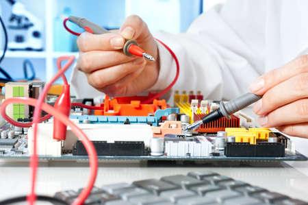 Tech essais des équipements électroniques dans un centre de service
