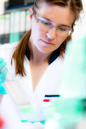 nitril: Scientist works with multichannel pipette