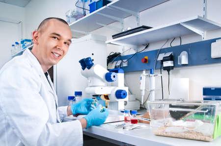 bata de laboratorio: Joven cient�fico trabaja en el laboratorio