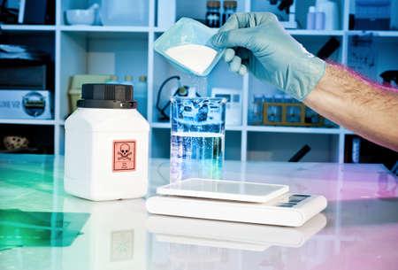 nitril: Preparation of hazardous solution in the lab