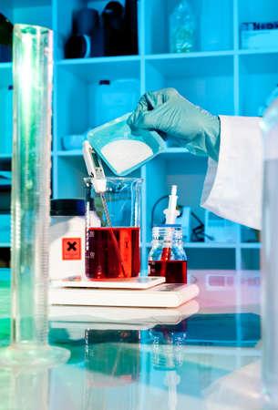 balanza de laboratorio: Científico o tecnológico hace que la solución tampón en el laboratorio Foto de archivo