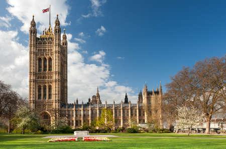 Budynek parlamentu w Londynie w jasny dzień wiosny