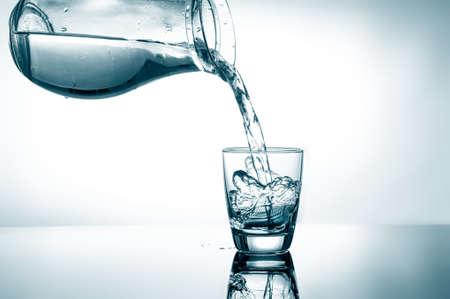 acqua vetro: Versando l'acqua da brocca in un bicchiere