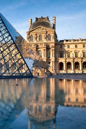 Paryż szklane piramidy na dziedzińcu Napoleona w Luwrze odzwierciedlenie w spokojnej wodzie