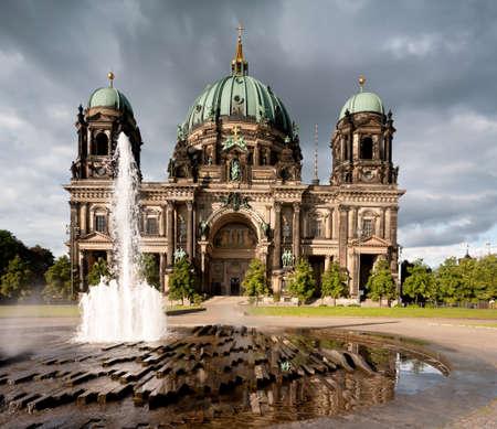 dom: Cathédrale de Berlin, ou Berliner Dom, avec une fontaine en face Banque d'images