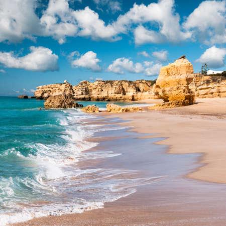 黄金のビーチとポルトガル アルブフェイラ近くの砂岩崖