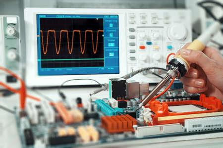 electricista: Reparaciones Tech bordo curcuit electrónico en el centro de servicio Foto de archivo