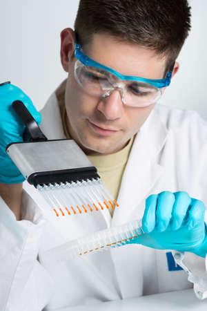 Jonge bioloog stelt PCR reactie met meerkanaalspipet