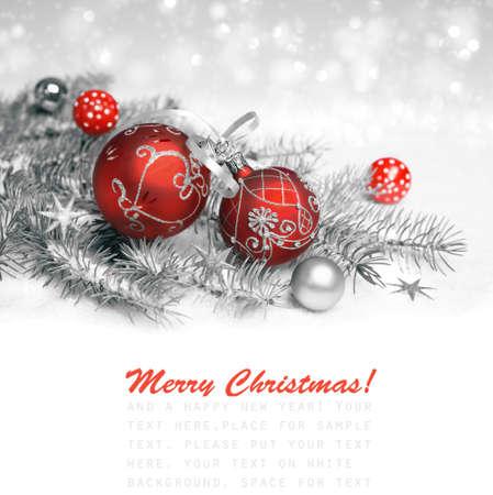 Red Christmas decorations met zilveren versiering op neutrale winter achtergrond, ruimte voor tekst