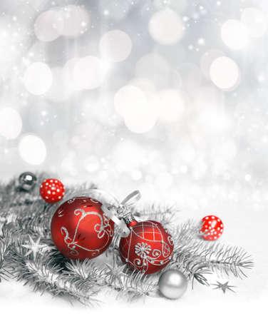 Red Christmas decorations met zilveren versiering op neutraal winter