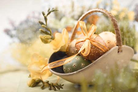 Pasen met eieren en lentebloemen, ondiepe DOF, ruimte voor tekst Stockfoto