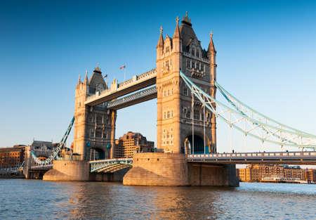 夕方のロンドンのタワー ブリッジ