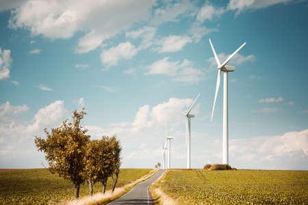Moderne windmolens genereren van elektriciteit langs contry weg, ruimte voor tekst