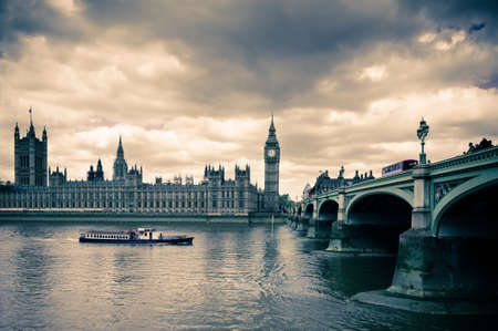 Parlament: Tinted image of Westminster bridge, Big Ben and London Parlament