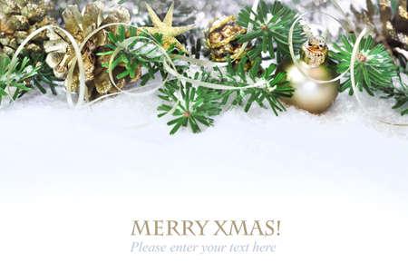 mo�os navide�os: �rbol de navidad, ramas decoradas en la nieve, copia espacio