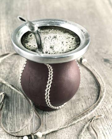 yerba mate: La yerba mate en una calabaza calabaza tradicional, imate tonos