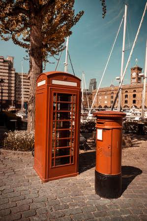 cabina telefonica: Cabina telef�nica y un buz�n situado en St Katharine Docks en Londres