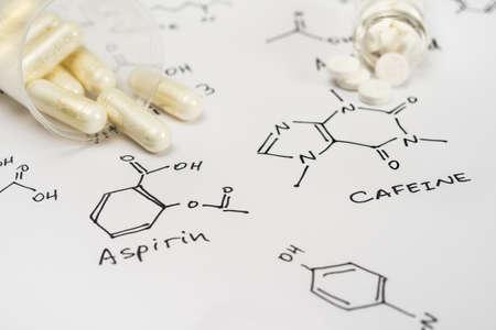 カプセルや錠剤の化学式と紙の上でカフェイン アスピリン