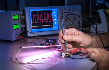 electrical engineer: Tech pone a prueba los equipos electrónicos en el centro de servicio