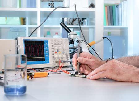 Tech tests elektronische apparatuur in service center