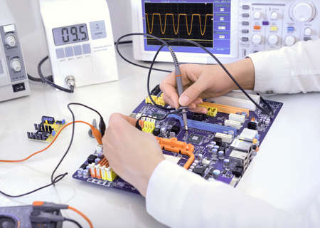 laboratory technician: Tech tests electronic equipment in service centre