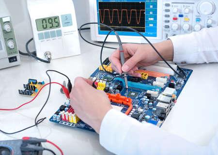 Tech testen elektronische apparatuur in service center