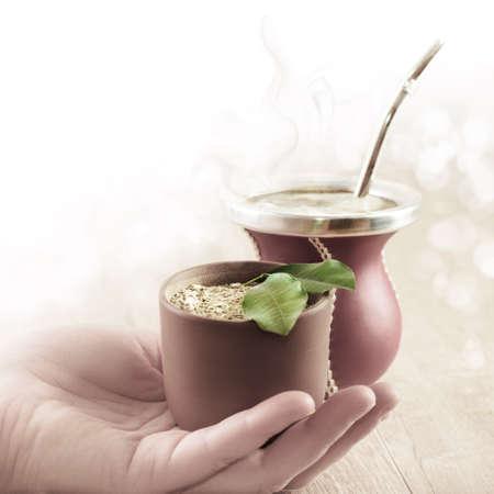 yerba mate: La yerba mate en una calabaza calabaza tradicional, yerba seca en la mano