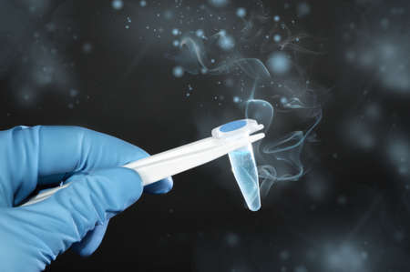 espermatozoides: Cryosample descongelación sacado de almacenamiento criogénico en el fondo de color verde oscuro, el espacio de texto Foto de archivo