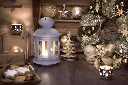 decoracion mesas: Linterna decorativa, velas y decoraciones de Navidad en la cocina de la vendimia