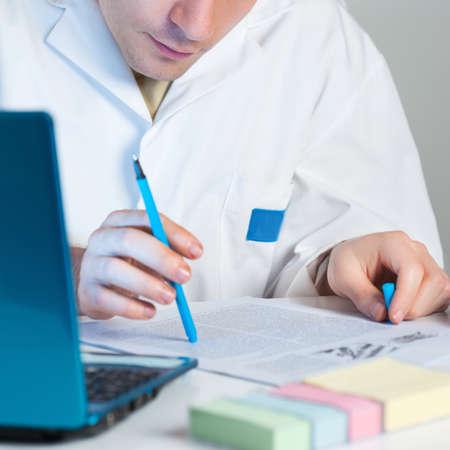 Jonge wetenschapper leest een interessant onderzoek publicatie