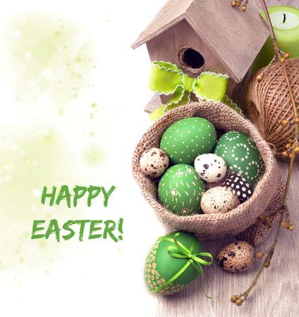 huevos de codorniz: Primavera frontera en decoraciones verdes y marrones con huevos de Pascua y de la primavera en blanco, el espacio para el texto
